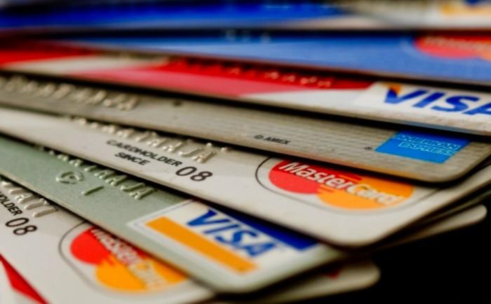 стопка пластиковых кредиток