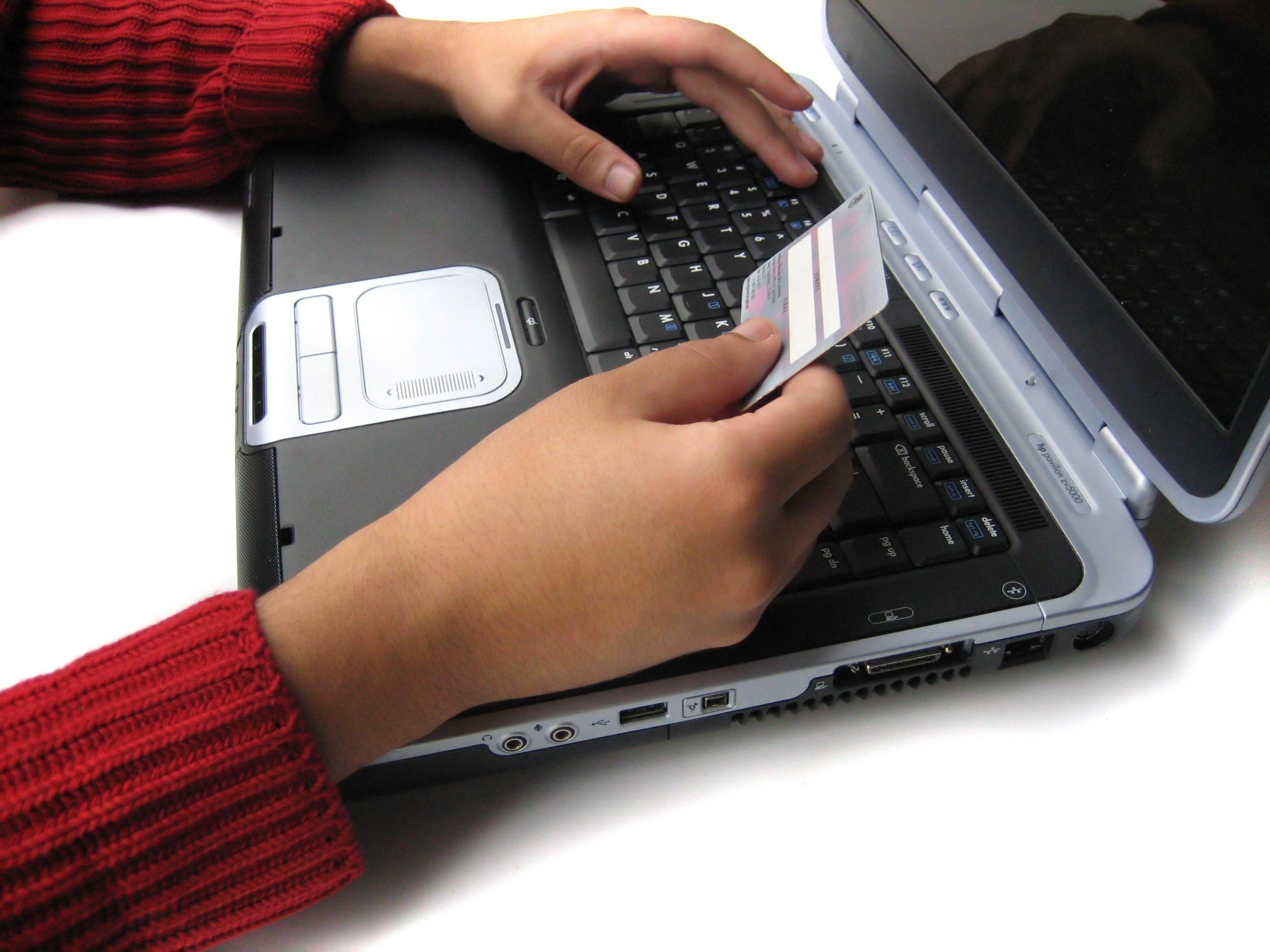 ноутбук и пластиковая карта