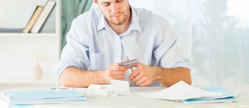 человек избавляется от банковских долгов